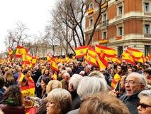 Los ciudadanos españoles asisten a la demostración contra el gobierno socialista en Madrid foto de archivo libre de regalías