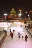 Los ciudadanos patinan en la pista de patinaje en el VDNH Imagen de archivo libre de regalías
