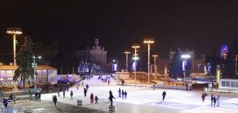 Los ciudadanos patinan en la pista de patinaje en el VDNH Fotografía de archivo