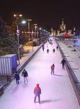 Los ciudadanos patinan en la pista de patinaje en el VDNH Imagen de archivo