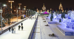 Los ciudadanos patinan en la pista de patinaje en el VDNH Foto de archivo libre de regalías