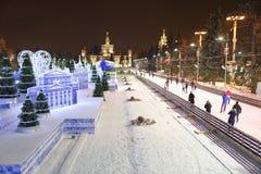 Los ciudadanos patinan en la pista de patinaje en el VDNH Fotografía de archivo libre de regalías