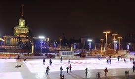 Los ciudadanos patinan en la pista de patinaje en el VDNH Fotos de archivo