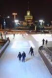 Los ciudadanos patinan en la pista de patinaje en el VDNH Fotos de archivo libres de regalías