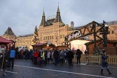 Los ciudadanos visitaron el Año Nuevo justo en Plaza Roja Foto de archivo libre de regalías