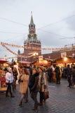 Los ciudadanos visitaron el Año Nuevo justo en Plaza Roja Imagenes de archivo