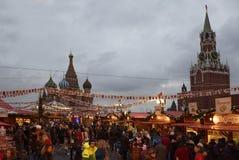 Los ciudadanos visitaron el Año Nuevo justo en Plaza Roja Fotos de archivo