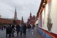 Los ciudadanos visitaron el Año Nuevo justo en Plaza Roja Imágenes de archivo libres de regalías