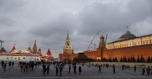 Los ciudadanos visitaron el Año Nuevo justo en Plaza Roja Foto de archivo
