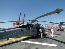 Los civiles revisan un SH-60 Seahawk Imagen de archivo