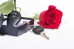 Los claves del coche y hermoso se levantaron Fotos de archivo