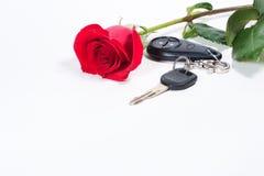 Los claves del coche y hermoso se levantaron Imagenes de archivo