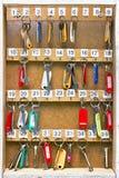 Los claves a las puertas colgaron en una tarjeta de madera Imagen de archivo libre de regalías