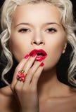 Los clavos brillantes manicure, maquillaje y joyería en modelo Fotografía de archivo libre de regalías
