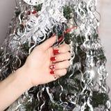 Los clavos de la mujer hermosa con la manicura hermosa de la Navidad imágenes de archivo libres de regalías