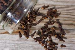Los clavos vertidos del vidrio en tabla de cortar de madera, rematan abajo de la visión Imagen de archivo libre de regalías