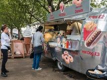 Los clientes esperan en línea en el camión del sur del bocado del banco de Londres Foto de archivo libre de regalías