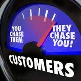 Los clientes le persiguen demanda de márketing de la medida del indicador ilustración del vector