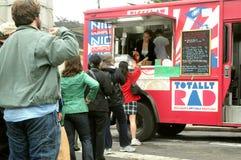 Los clientes se alinean en un carro del alimento Foto de archivo libre de regalías