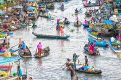 Los clientes van al mercado temprano en el río Fotografía de archivo