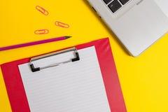 Los clips coloreados ordenador portátil delgado metálico de moda abierto de la hoja del papel en blanco del tablero de la vista d imágenes de archivo libres de regalías
