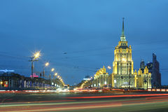 Los coches acercan al hotel Ucrania en la noche Foto de archivo