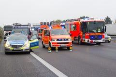 Los coches alemanes del servicio de emergencia se colocan en autopista sin peaje Foto de archivo