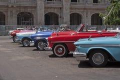 Los coches americanos coloridos y clásicos parquearon en línea Fotos de archivo