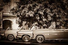 Los coches clásicos del americano Buick y de Mercury Cabriolet se alinearon antes del Gran Teatro en Havana Cub imagen de archivo libre de regalías