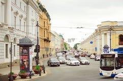 Los coches conducen en la calle principal en la ciudad de St Petersburg fotografía de archivo