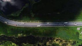 Los coches conducen en la carretera, situada en el campo almacen de metraje de vídeo
