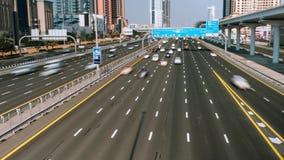 Los coches conducen a lo largo de la carretera más ancha Sheikh Zayd, Dubai, UAE Vídeo del lapso de tiempo almacen de metraje de vídeo