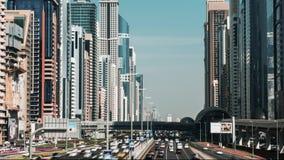 Los coches conducen a lo largo de la carretera más ancha Sheikh Zayd, Dubai, UAE Vídeo del lapso de tiempo metrajes