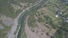 Los coches conducen a lo largo del camino a lo largo del río almacen de video