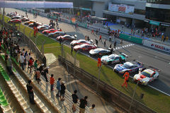 Los coches de carreras hacen cola en la línea de acabamiento, SuperGT 2010 Fotos de archivo libres de regalías