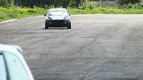 Los coches de carreras de la dirección y la pista de despeque de la pista, conductores pasan cerca almacen de video