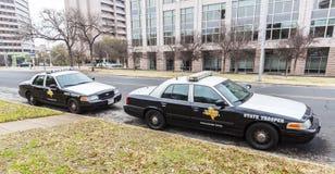 Los coches de los soldados de caballería estatal parquearon en Universidad de Texas en el campus de Austin Imágenes de archivo libres de regalías