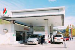 Los coches de Mitsubishi reaprovisionan de combustible en la gasolinera de SOCAR Aceite Compan del estado Imagen de archivo