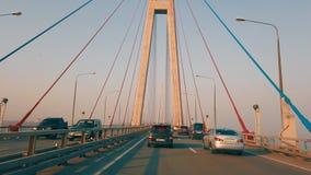 Los coches de time lapse de una visión conducen en el puente ruso
