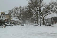 Los coches debajo de la nieve en Brooklyn después del invierno masivo asaltan Foto de archivo libre de regalías