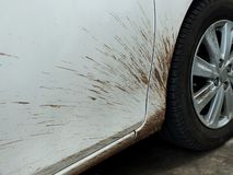 Los coches del fango debido a la conducción de la estación de lluvias deben ser limpiados y ser pulidos fotos de archivo