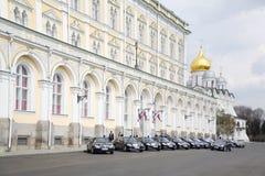 Los coches del gobierno parquearon cerca del palacio magnífico del Kremlin Imagenes de archivo