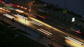 Los coches del timelapse del camino de la noche mueven los rastros de la licencia de largo, luces encendido almacen de metraje de vídeo
