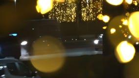 Los coches del tráfico de la noche que las luces hacen forman el fondo de la Navidad de Bokeh almacen de metraje de vídeo