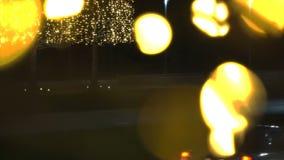 Los coches del tráfico de la noche que las luces hacen forman el fondo de la Navidad de Bokeh Año Nuevo metrajes