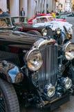 Los coches del vintage parquearon en una ciudad italiana vieja fotos de archivo