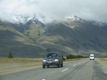 Los coches en la carretera Imágenes de archivo libres de regalías