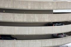 Los coches en la salida ramp en el parking llano múltiple Imagen de archivo