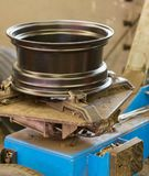 Los coches equipan en un taller de reparaciones auto imagen de archivo