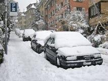 Los coches estacionaron en la calle Fotos de archivo libres de regalías